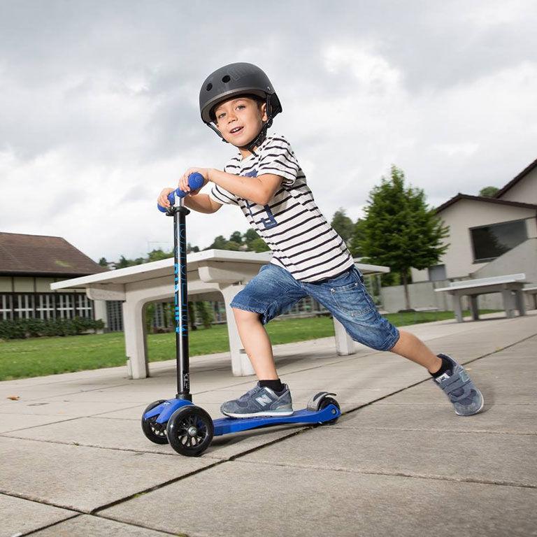 Kind auf Scooter